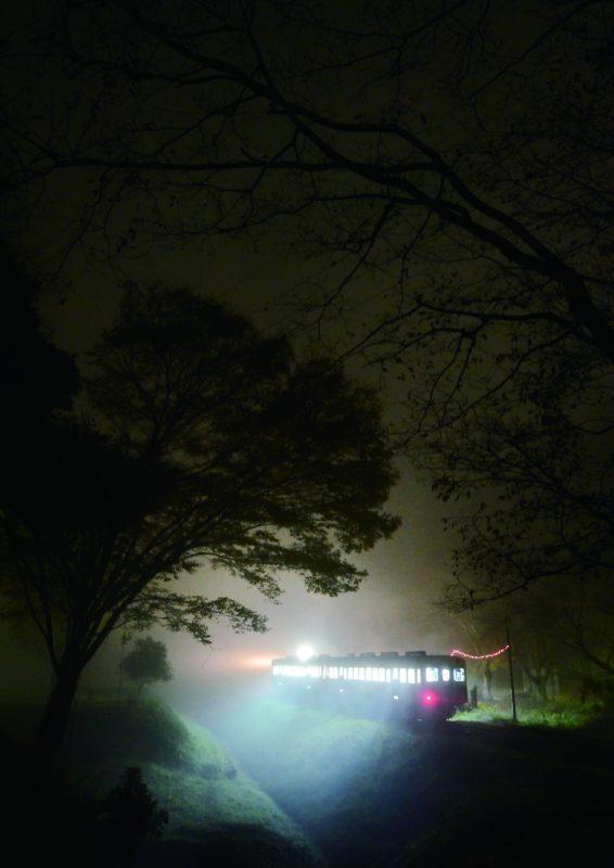 昔ながらの車両と風景が今なお残る 究極のゆる鉄、小湊鐵道。夜の駅に 佇む列車は、まるで時代をさかのぼる タイムマシンそのもののように思えた (上総大久保駅)