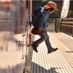 ピカピカの島越駅にジャンプ!( 2014.10.1/島越駅)