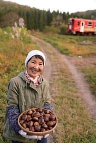 笑顔と栗がお土産です♡ (2018.10.26/秋田内陸 縦貫鉄道 西明寺駅付近)