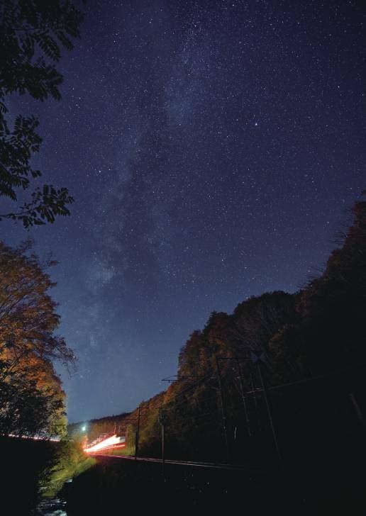 新幹線の延伸に合わせ、東北本線から 第三セクター鉄道として生まれ変わった IGRいわて銀河鉄道。その名の通り、美し い銀河に見守られながら、夜の森を走ります (2018.10.30/IGRいわて銀河鉄道小繋 〈こつなぎ〉駅~小鳥谷〈こずや〉駅)No.523 表紙